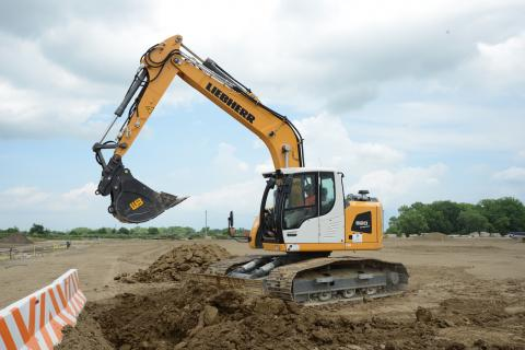 Liebherr R 920 excavator has a tail overhang of 14 inches.